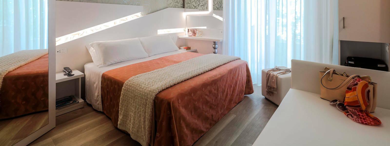 Camera Hotel Ombretta Mare Letto e Borsa
