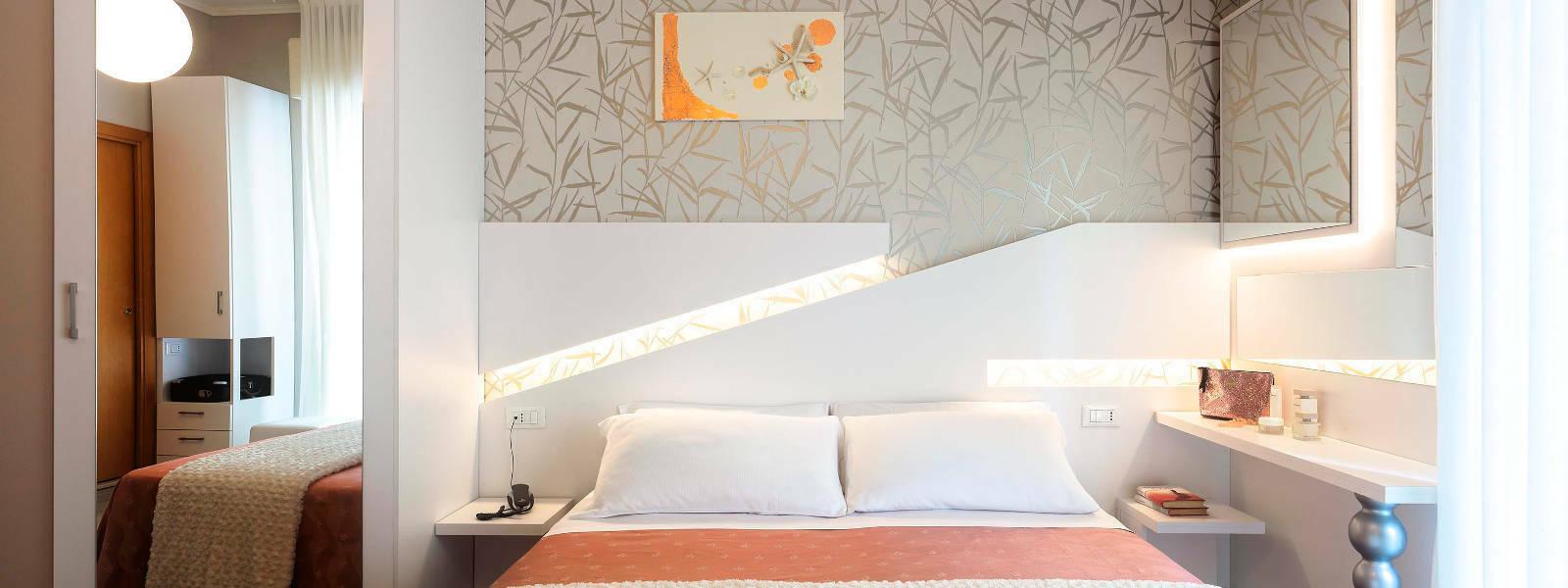 Camera Hotel Ombretta Mare Letto e Specchio